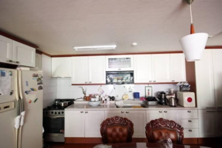 [홈라떼] 인천 32평 오래된 빌라, 모던한 홈스타일링 : homelatte의  주방
