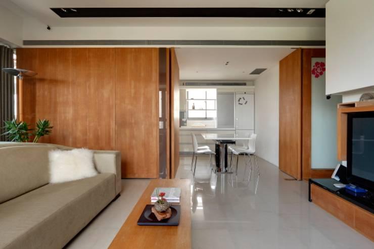 當原木色遇見白色:  餐廳 by 誼軒室內裝修設計有限公司