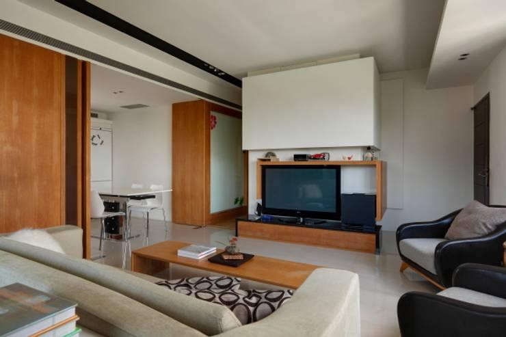 當原木色遇見白色:  客廳 by 誼軒室內裝修設計有限公司
