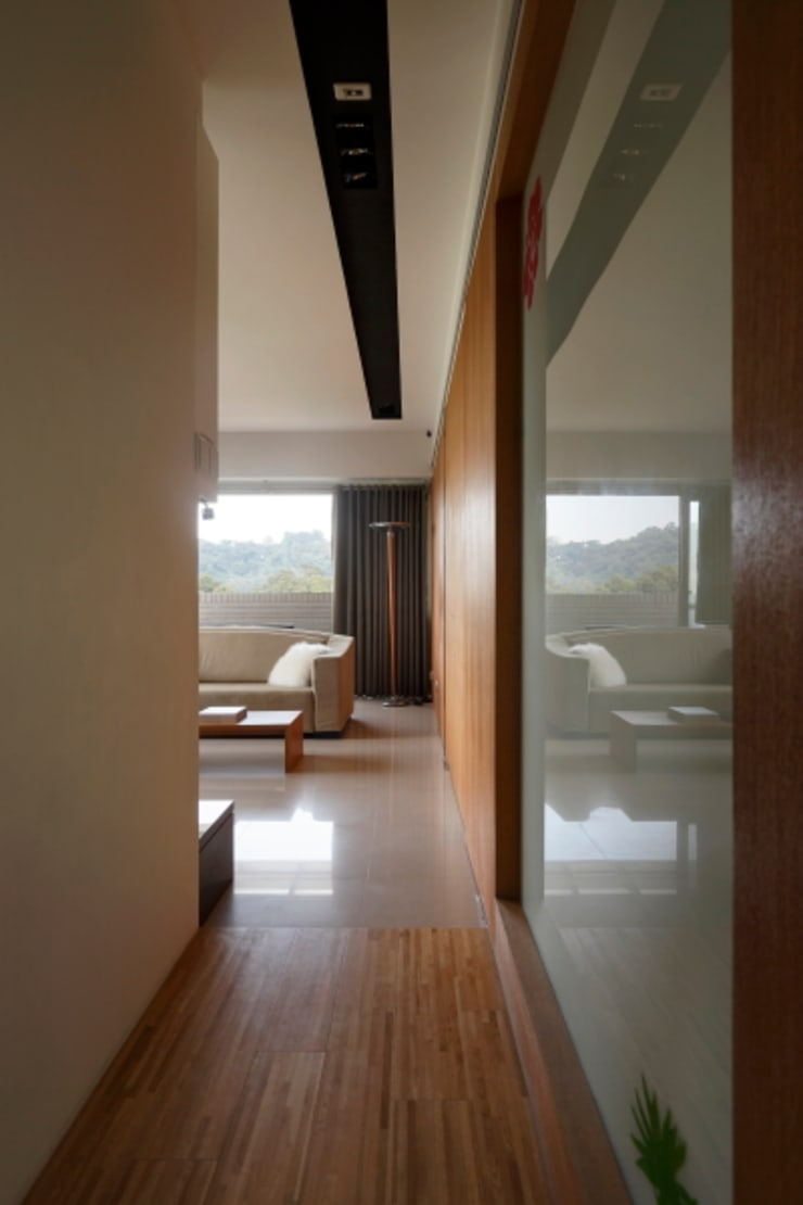 當原木色遇見白色:  玄關、走廊與階梯 by 誼軒室內裝修設計有限公司