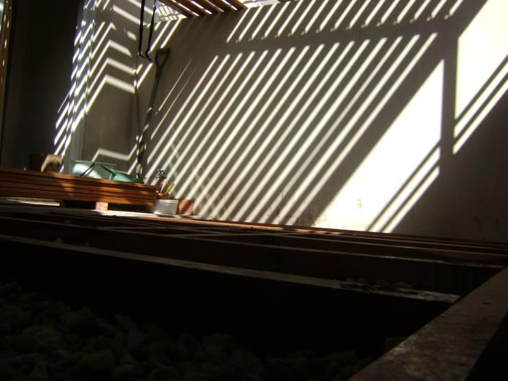 Pergola semi permeable Instalada. Preparación de Suelo para Deck:  de estilo  por Claroscuro Diseño Interior