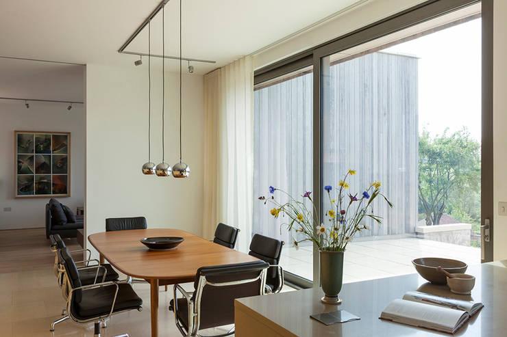 Ruang Makan oleh Designscape Architects Ltd, Modern