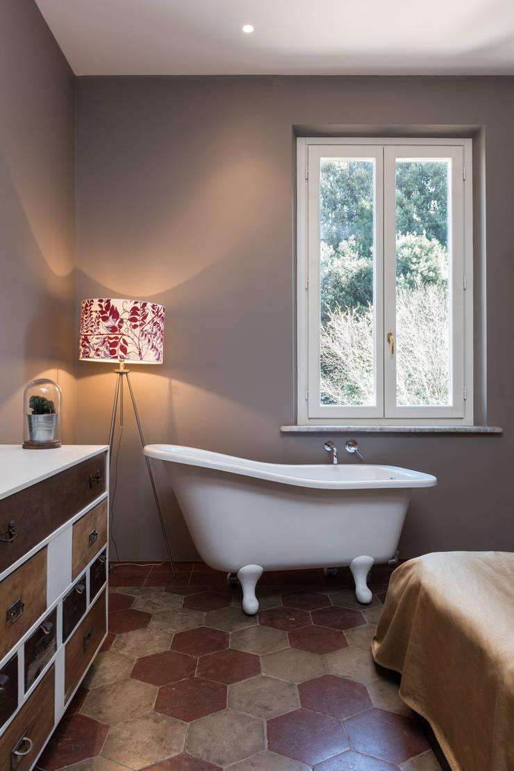 SCL_FLAT: Camera da letto in stile  di Caterina Raddi,