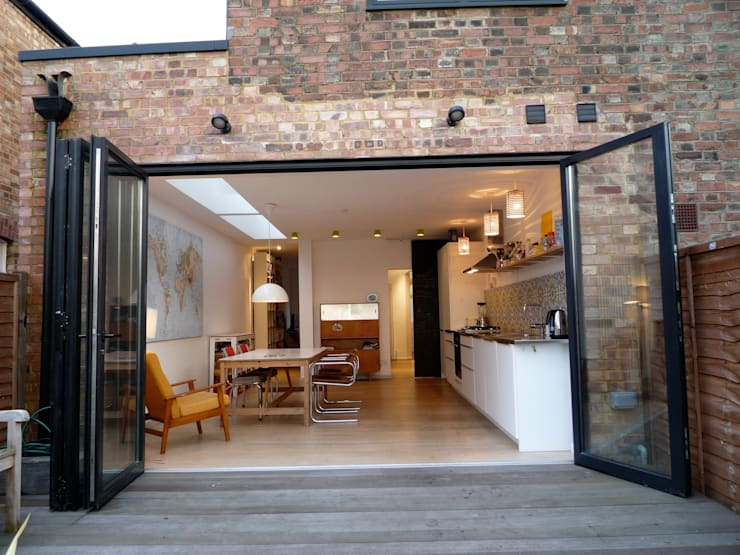 Kitchen - view from the garden:  Houses by A2studio