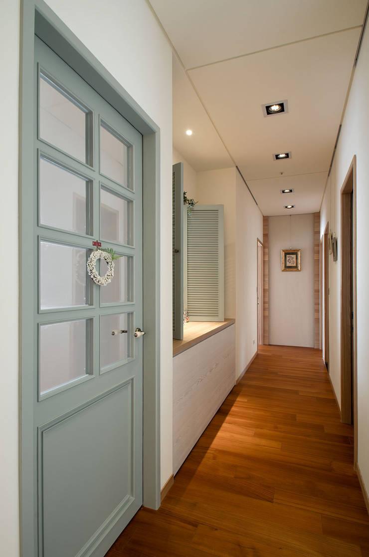 生活溫度:  走廊 & 玄關 by 芸采創意空間設計-YCID Interior Design