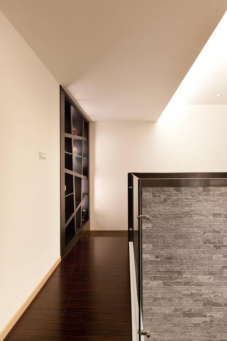 仰‧初相:  走廊 & 玄關 by 芸采創意空間設計-YCID Interior Design