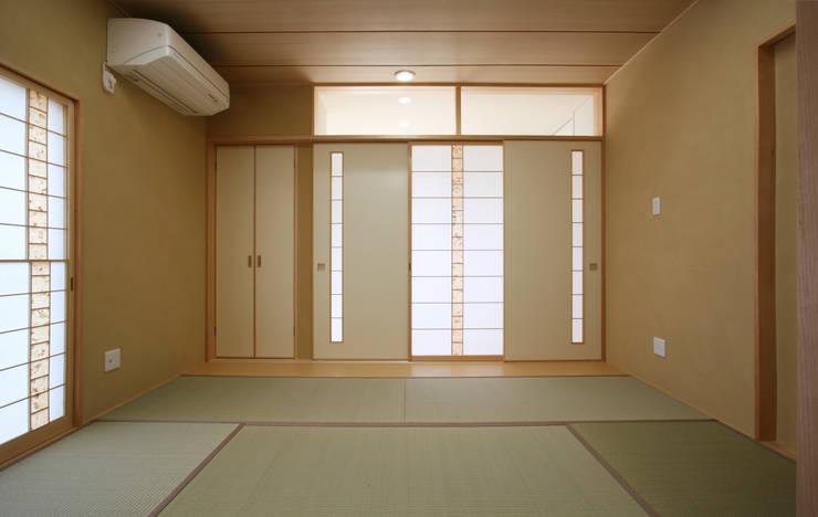 Dormitorios de estilo asiático por 吉田設計+アトリエアジュール