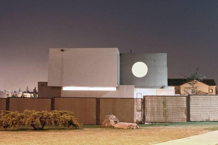Fachada - Hormigón a la Vista - Doble Piel   : Casas de estilo  por JPV Arquitecto