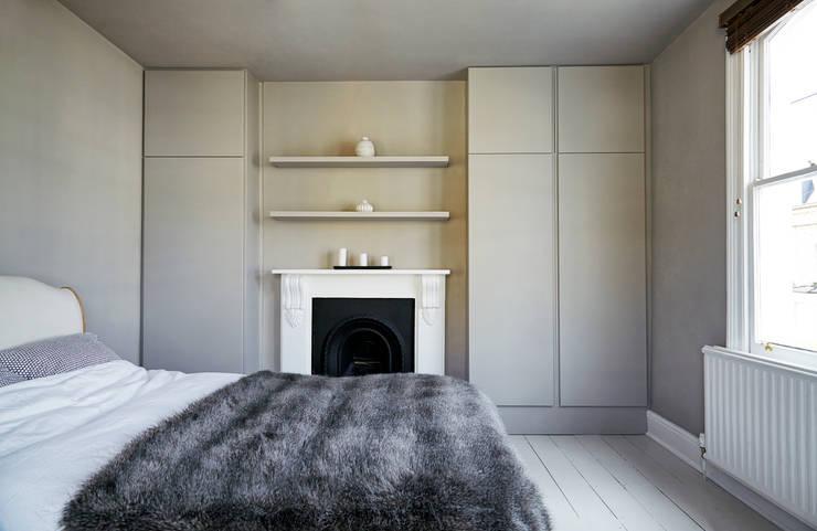 Stoke Newington: scandinavian Bedroom by House of Sylphina