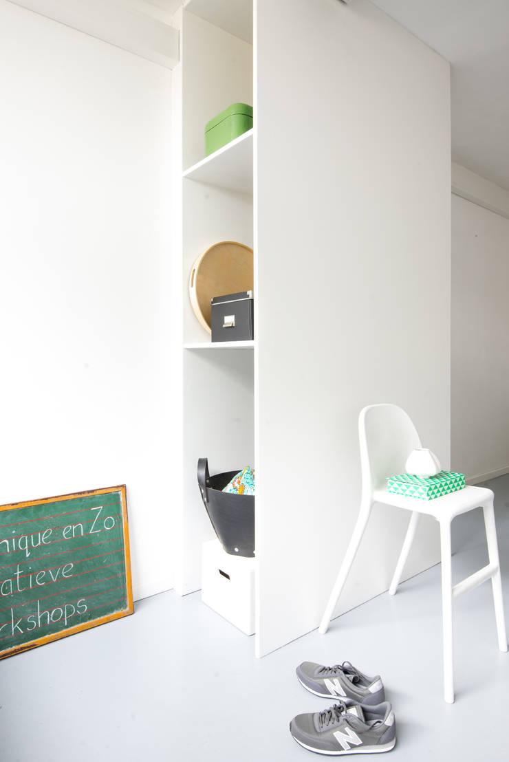 Van garage naar creatieve workshopruimte:  Studeerkamer/kantoor door Peggy Franssen Interieurontwerp