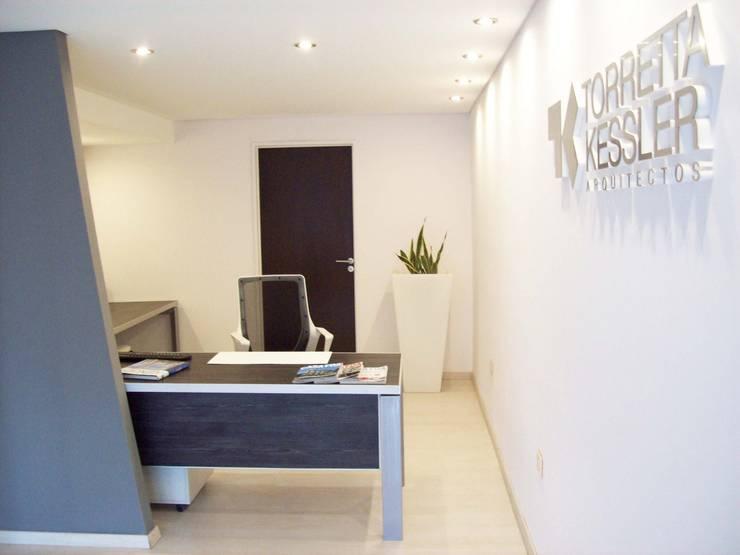 Recepcion: Estudios y oficinas de estilo  por TORRETTA KESSLER Arquitectos,