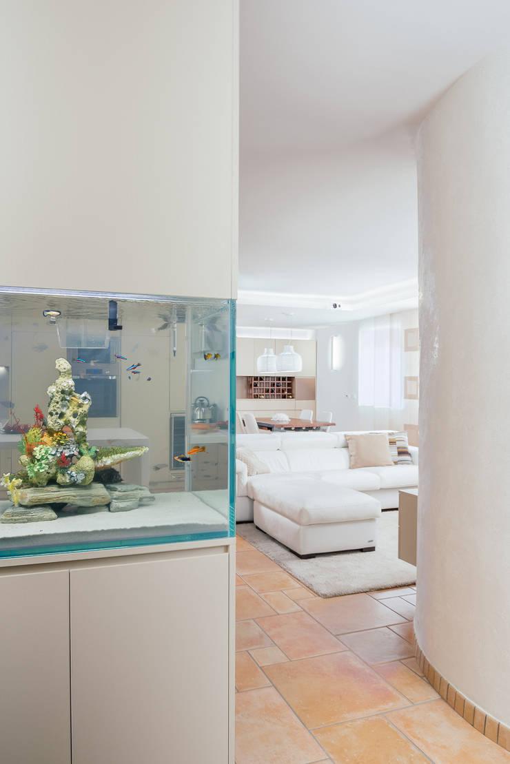 Koridor dan lorong oleh manuarino architettura design comunicazione, Modern