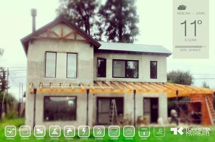 Casa estilo campo: Casas de estilo  por TORRETTA KESSLER Arquitectos,Ecléctico Madera Acabado en madera