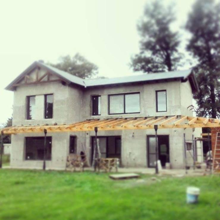 Casa estilo campo: Casas de estilo  por TORRETTA KESSLER Arquitectos,Moderno Hierro/Acero