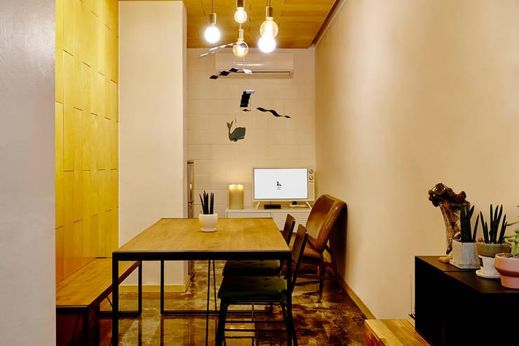 Pasillos y vestíbulos de estilo  por ARA, Moderno