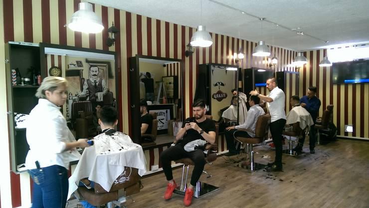 primera barbería terminada y en uso:  de estilo  por Camargo estudio creativo