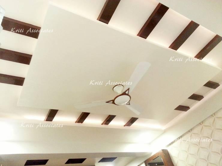 Interior:  Corridor, hallway & stairs  by Kriti Associates / girishsdesigns