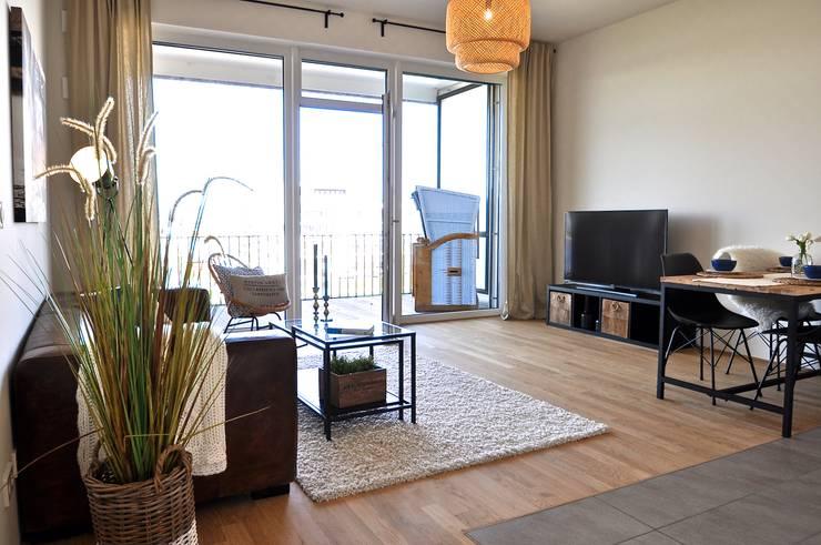 Maritim und männlich:  Wohnzimmer von Karin Armbrust - Home Staging,