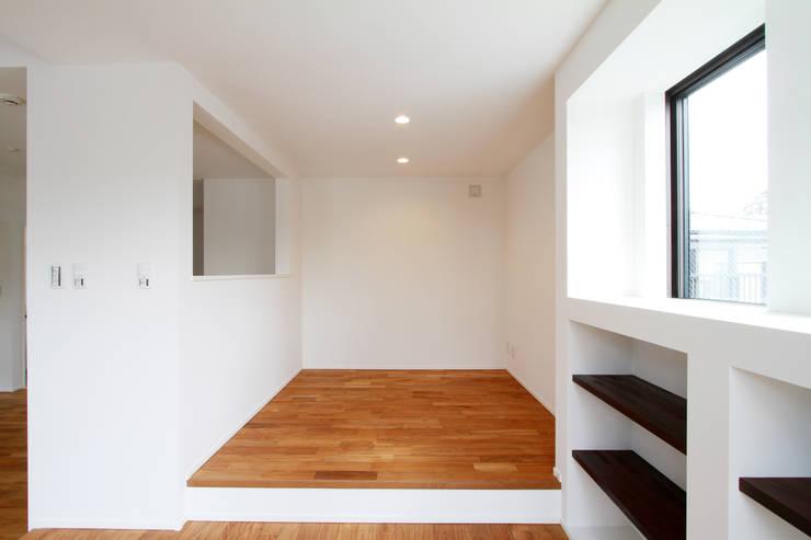 練馬の杜~抜~: 株式会社ハウジングアーキテクト建築設計事務所が手掛けたリビングルームです。