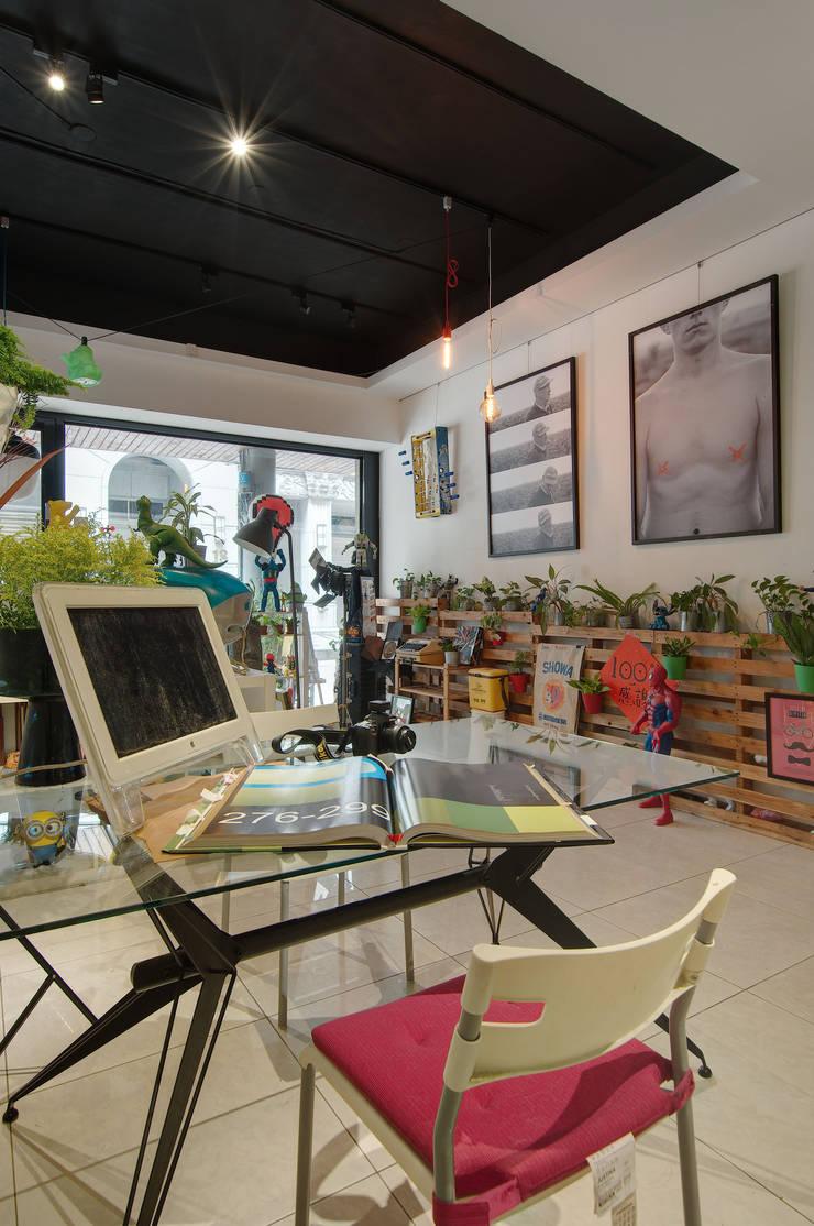 【老男孩的玩具屋】童趣滿點的辦公室空間:  辦公室&店面 by 一葉藍朵設計家飾所 A Lentil Design