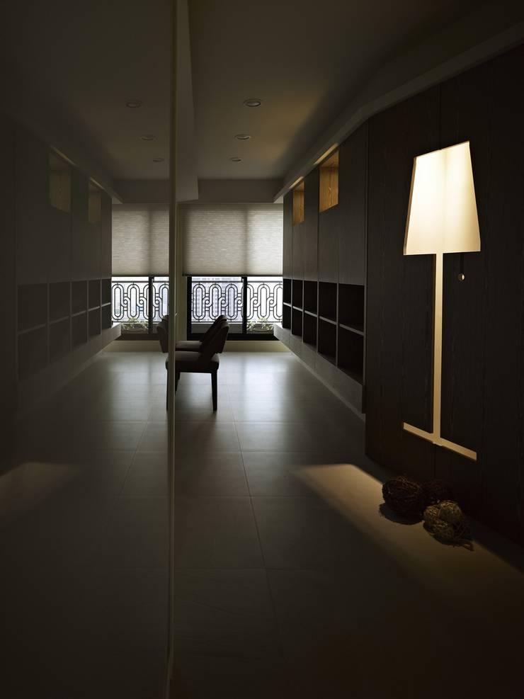 葛里法住宅設計:  走廊 & 玄關 by 墐桐空間美學