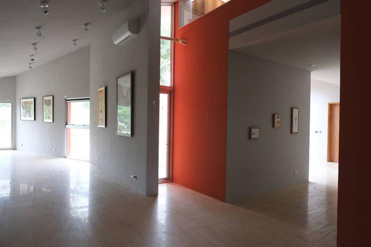 合院之家室內藝廊空間:  走廊 & 玄關 by 哈塔阿沃建築設計事務所 hataarvo architects