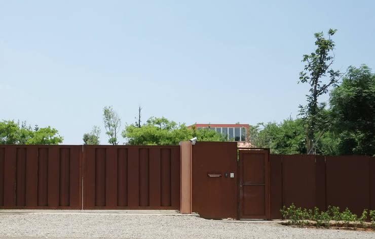 合院之家鏽鐵圍牆大門:  房子 by 哈塔阿沃建築設計事務所 hataarvo architects