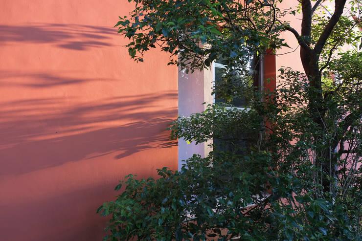 合院之家磚紅色外牆:  房子 by 哈塔阿沃建築設計事務所 hataarvo architects