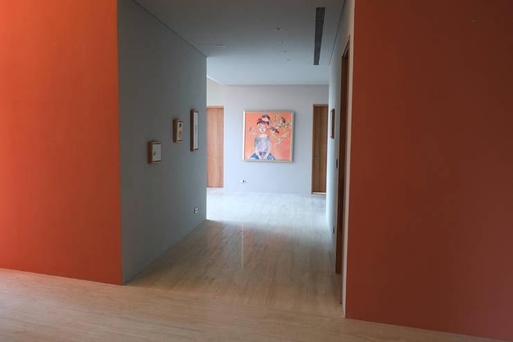合院之家通廊空間:  走廊 & 玄關 by 哈塔阿沃建築設計事務所 hataarvo architects