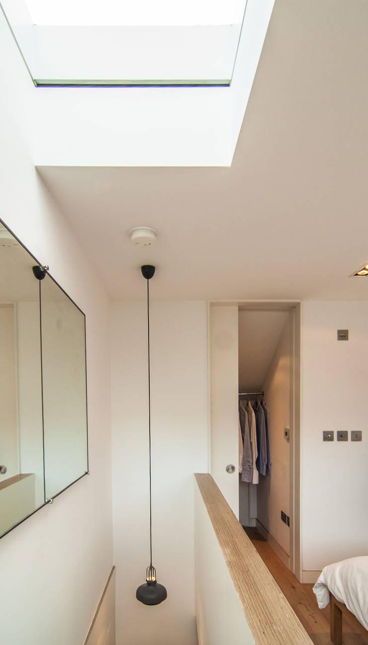 Pasillos y vestíbulos de estilo  de Bradley Van Der Straeten Architects, Moderno Tablero DM