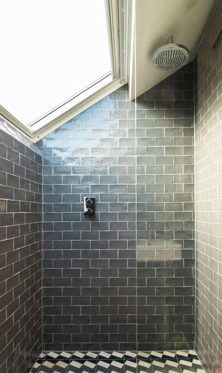 Baños de estilo  de Bradley Van Der Straeten Architects, Moderno Azulejos