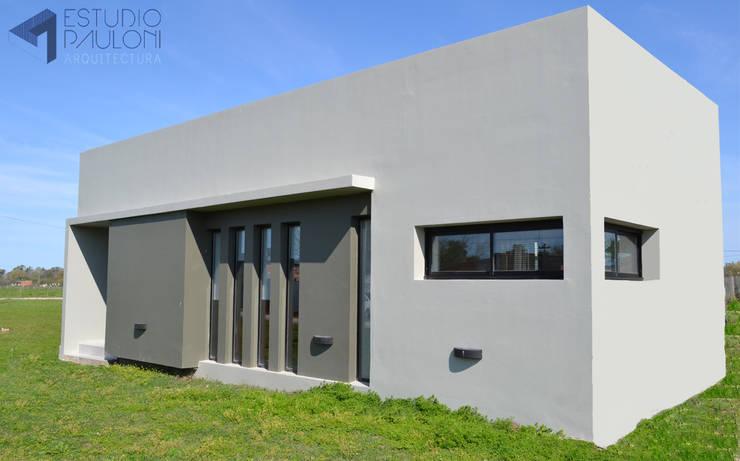 Frente: Casas de estilo  por Estudio Pauloni Arquitectura