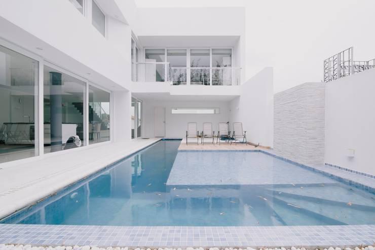 Piscina: Piscinas  por Rafael Grantham Arquitetura