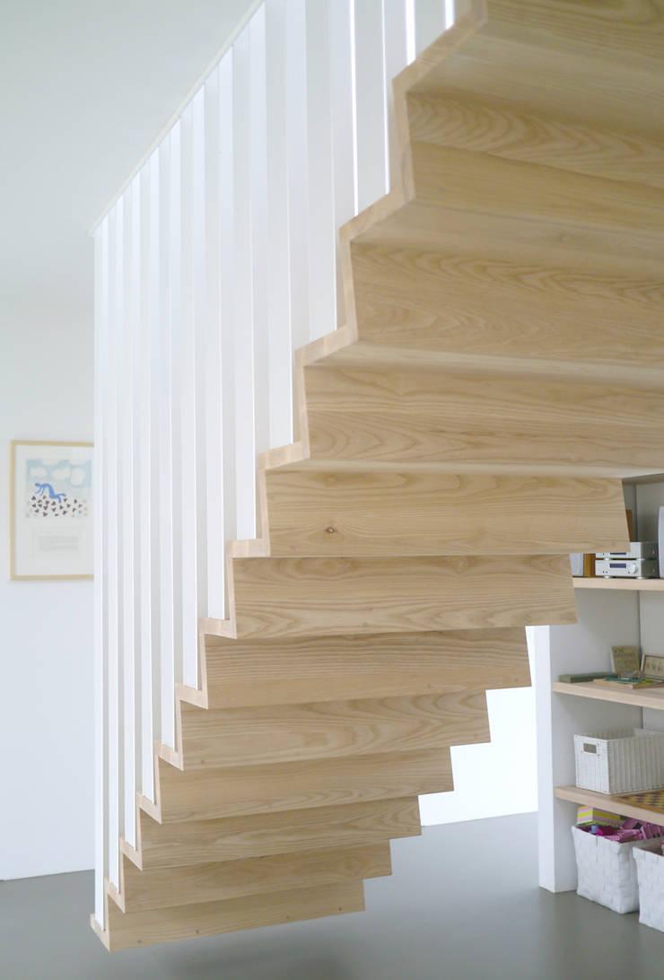 Z-trap:  Gang en hal door Joyce Flendrie | Interieur & Design, Modern