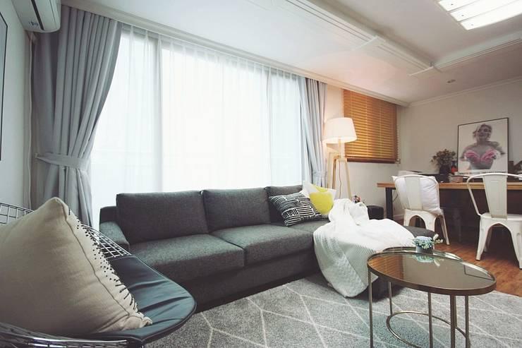 [홈라떼] 삼성동 18평 투룸 빌라 싱글녀 홈스타일링 : homelatte의  거실,모던