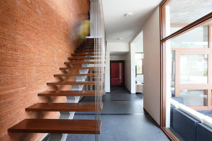 Pasillos y recibidores de estilo  por STUDIO MOTLEY