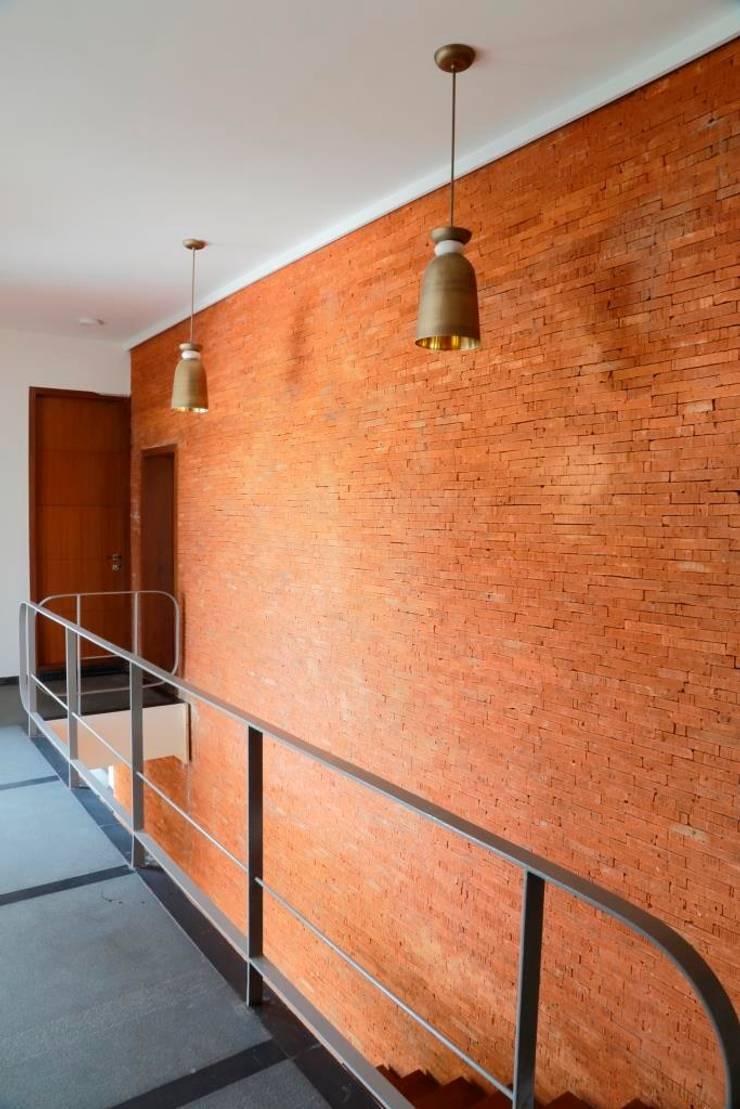 Shah Residence:  Corridor & hallway by STUDIO MOTLEY