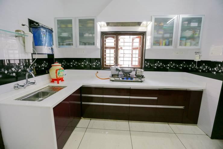 Shah Parivar Bungalow:  Kitchen by ZEAL Arch Designs,Modern