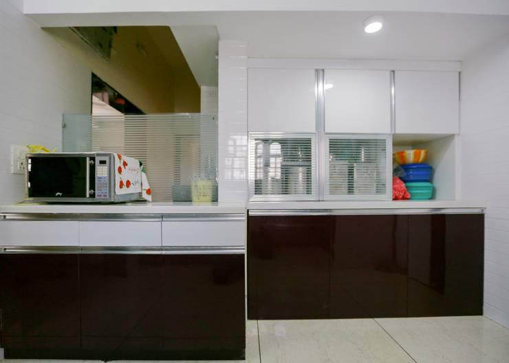 Cocinas de estilo moderno de ZEAL Arch Designs Moderno