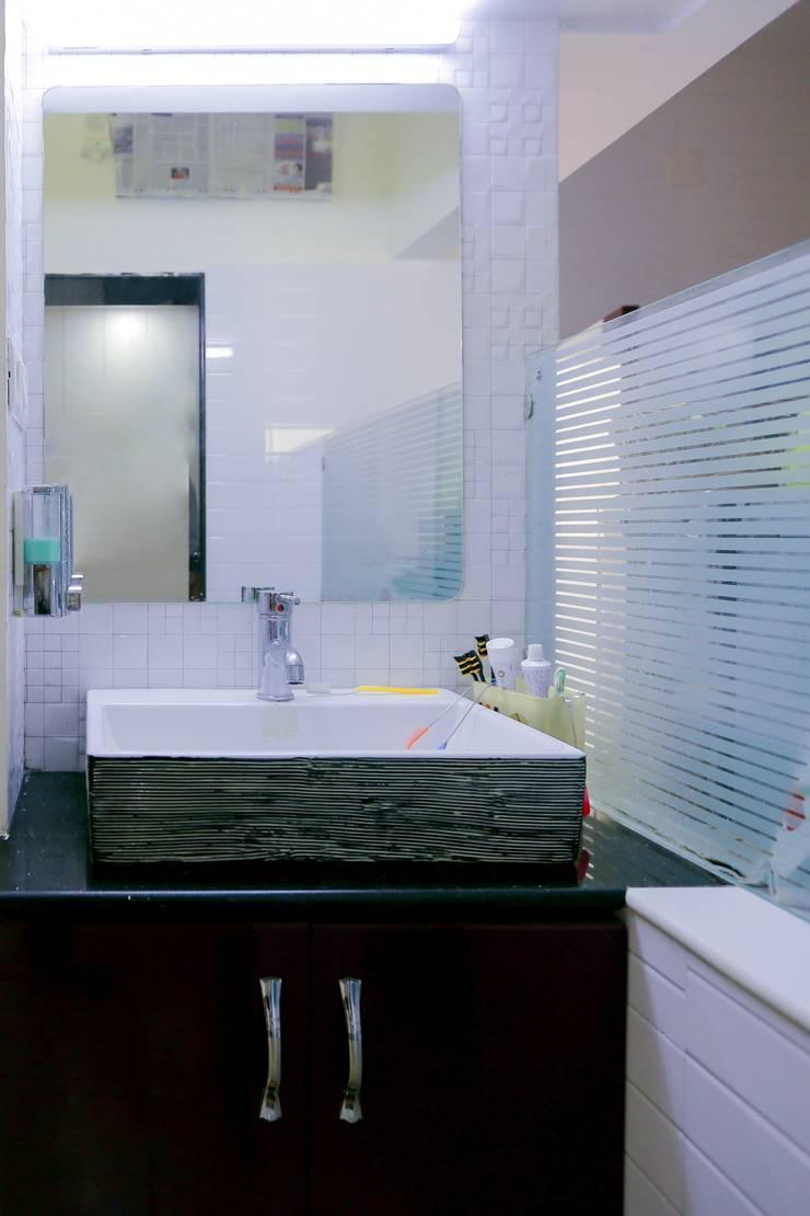 Shah Parivar Bungalow:  Bathroom by ZEAL Arch Designs,Modern
