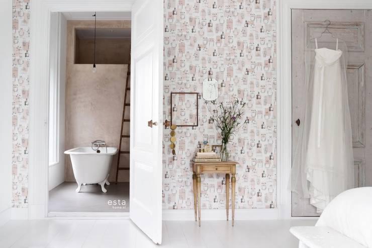 vliesbehang parfum flesjes glanzend licht perzik roze:  Muren & vloeren door ESTAhome.nl