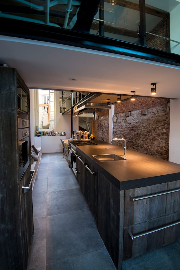 Industriele Barnwood Keuken in Amsterdam:  Keuken door RestyleXL, Modern
