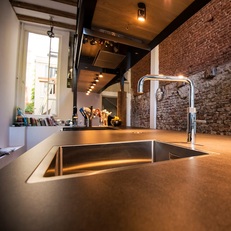Industriele Barnwood Keuken in Amsterdam:  Keuken door RestyleXL