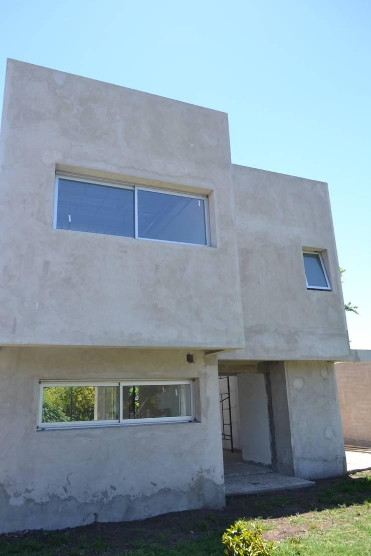 Fachada frente: Casas de estilo  por Estudio Pauloni Arquitectura ,