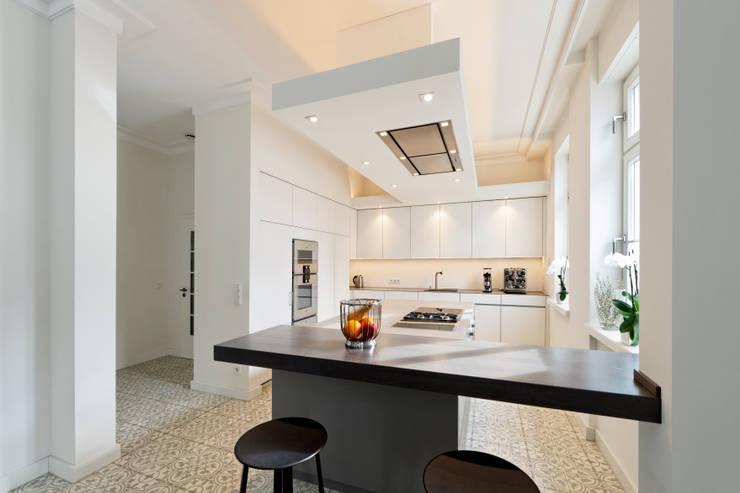 Raumkonzept: minimalistische Küche von Klocke Möbelwerkstätte GmbH