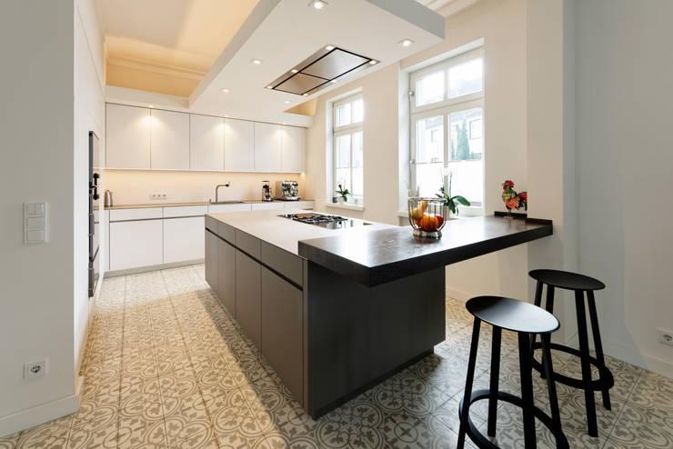 Arbeitsfläche: minimalistische Küche von Klocke Möbelwerkstätte GmbH