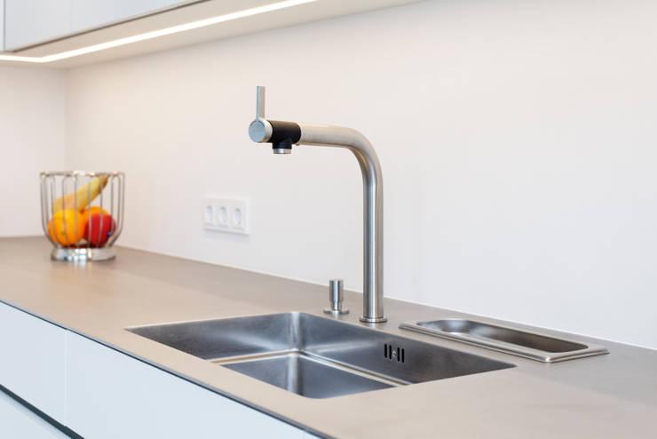 Spüle: minimalistische Küche von Klocke Möbelwerkstätte GmbH