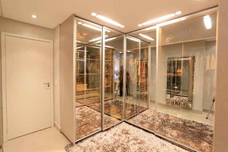 Closets de estilo  por Daniel Di Rezende Bernardes Arquitetura