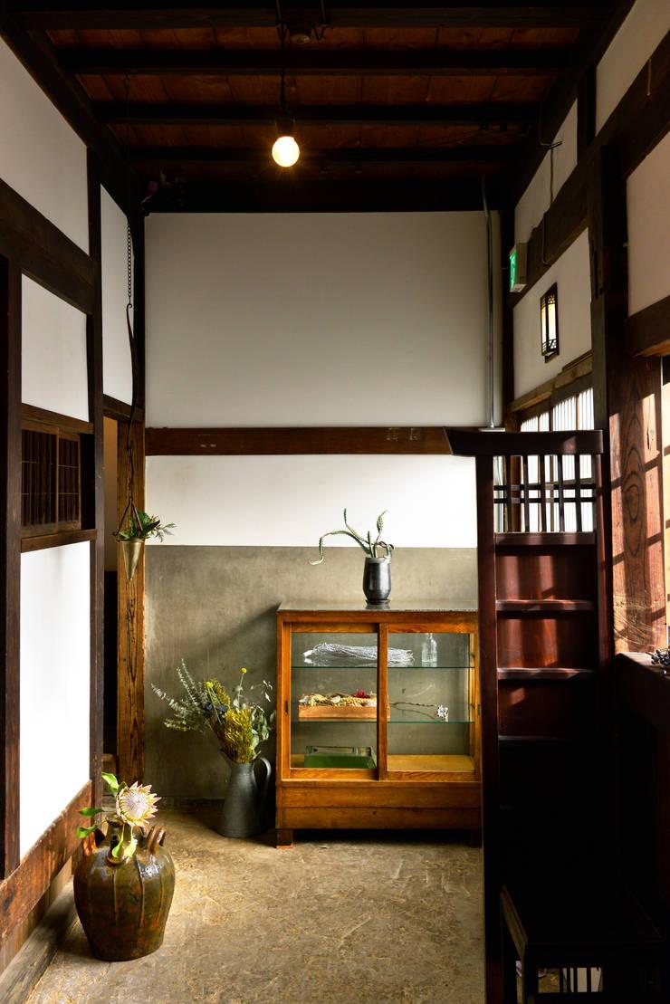 玄関: 株式会社SHOEIが手掛けた廊下 & 玄関です。,オリジナル