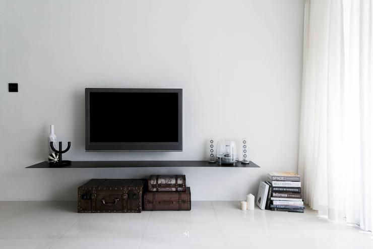 皓慕.Home|Home Amore:  客廳 by 理絲室內設計有限公司 Ris Interior Design Co., Ltd.